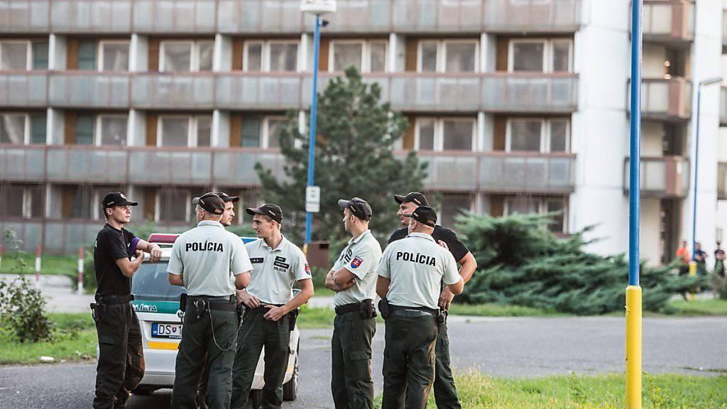 Polizei in der Slowakei bewacht das Flüchtlingsheim in Gabcikovo