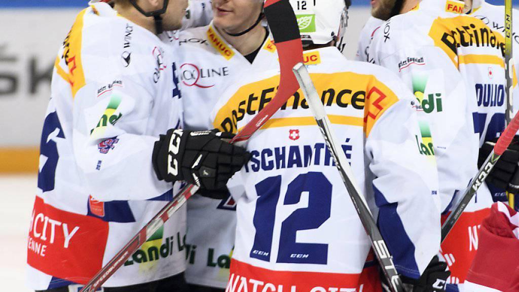Können nach dem Sieg in Lausanne wohl mit den Playoffs planen: die Spieler des EHC Biel