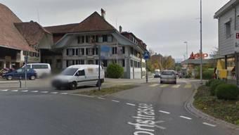 Der Brand ereignete sich an der Grosshöchstettener Dorfstrasse, die an diesem Kreisel im Dorfzentrum beginnt.