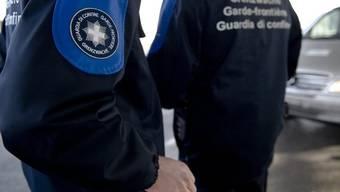 Bei der Kontrolle eines aus Frankreich kommenden Linienbusses sind Schweizer Grenzwächter auf zwei mutmassliche Straftäter gestossen.(Archiv)