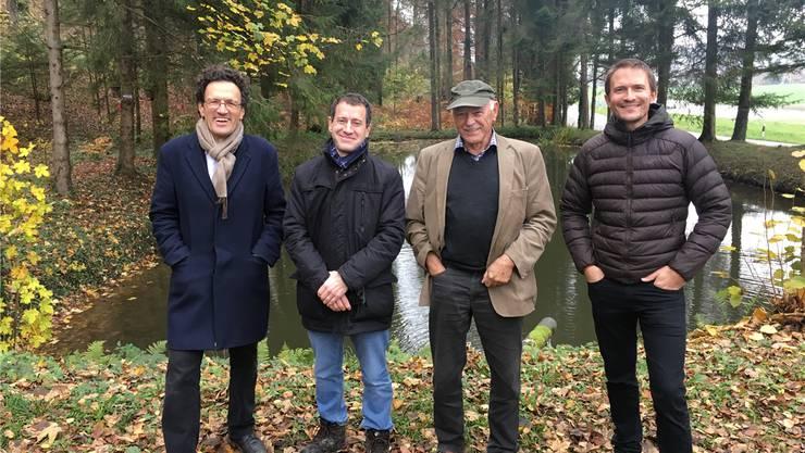 Bald wird der Weiher am Galgenbach nicht mehr überflutet, vor dem hier Johannes Jenny (links), Matthias Betsche, Roland Strebel und Philipp Schuppli stehen.chr
