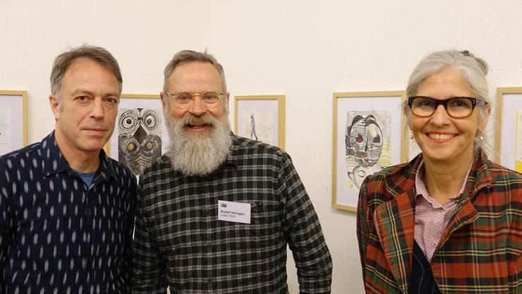 Eine Ausstellung, die neugierig macht: Gluri-Suter-Huus-Leiter Ruedi Velhagen (Mitte) mit den Kunstschaffenden Gabi Fuhrimann und Christian Herter in der neuen Ausstellung.