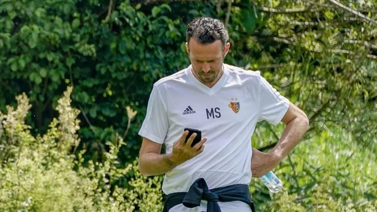 Der Blick aufs Handy: FCB-Sportchef Marco Streller im Trainingslager in Tegernsee. Derzeit ist er an sieben Fronten gleichzeitig gefragt.