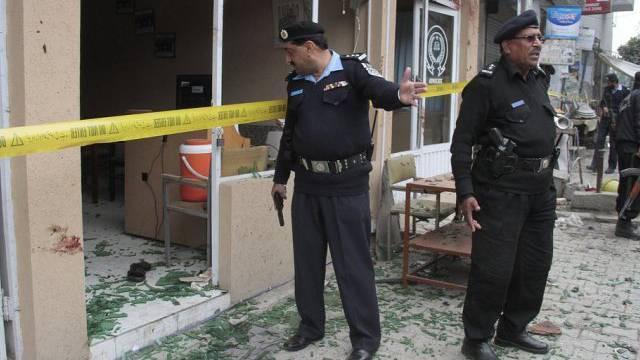 Pakistanische Sicherheitsleute untersuchen das angegriffene Gericht
