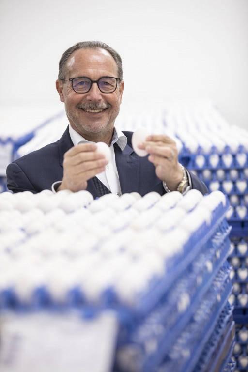 Daniel Rüegg, Geschäftsführer von Lüchinger und Schmid, sagt: «Die Eier werden genau kontrolliert, bevor sie mit Farbe besprüht werden.»