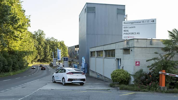 Markierungen der Spurensicherung der Polizei am Tatort vor der Kehrichtverbrennungsanlage Ibach bei Luzern. (Archivbild)
