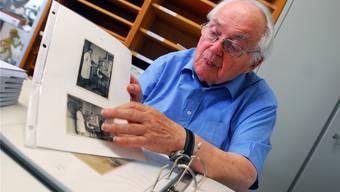 Toni Brechbühl zeigt Fotografien von Arthur Girard in seinem Atelier, dort, wo heute das Kunsthaus steht.