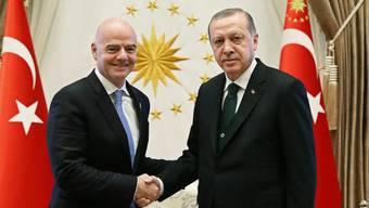 Sympathien für türkische EM-Bewerbung? FIFA-Präsident Gianni Infantino (li.) mit Präsident Recep Tayyip Erdogan
