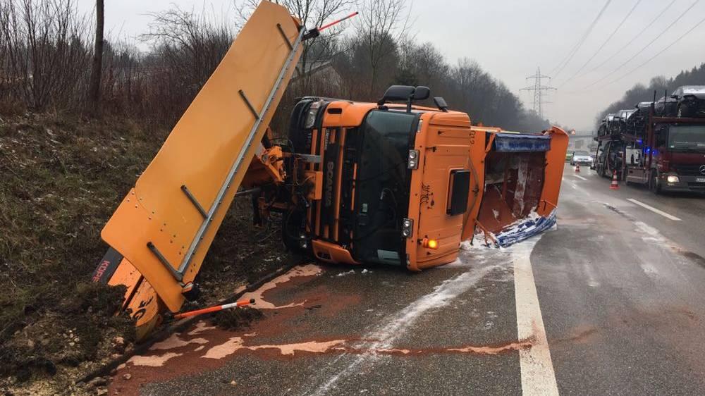 Schneeräumungsfahrzeug verunfallt