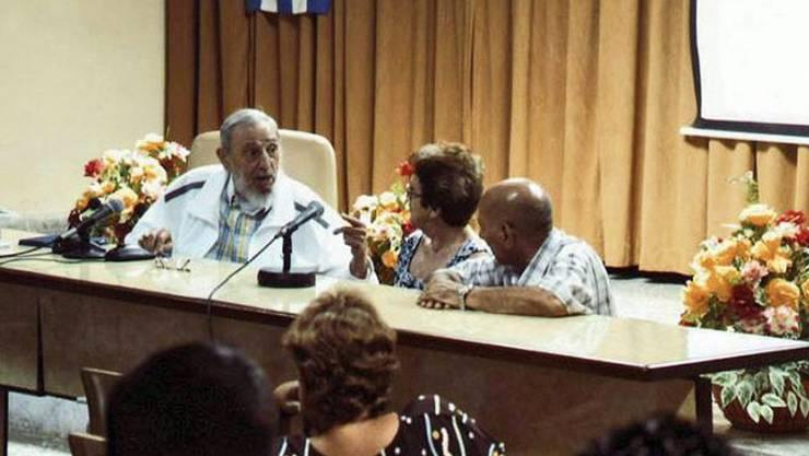 Fidel Castro (l) diskutiert angeregt über Käseherstellung.