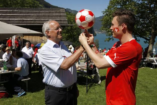 Johann Schneider-Ammann übt das Jonglieren mit Ball.
