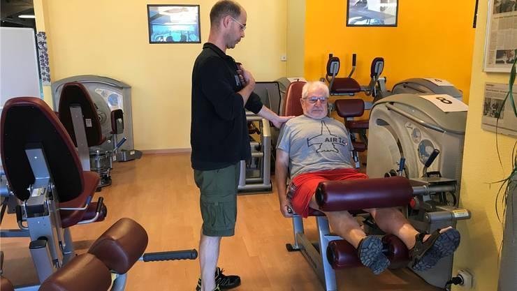 Michael Zimmermann (links) instruiert Peter Dietz ein letztes Mal.
