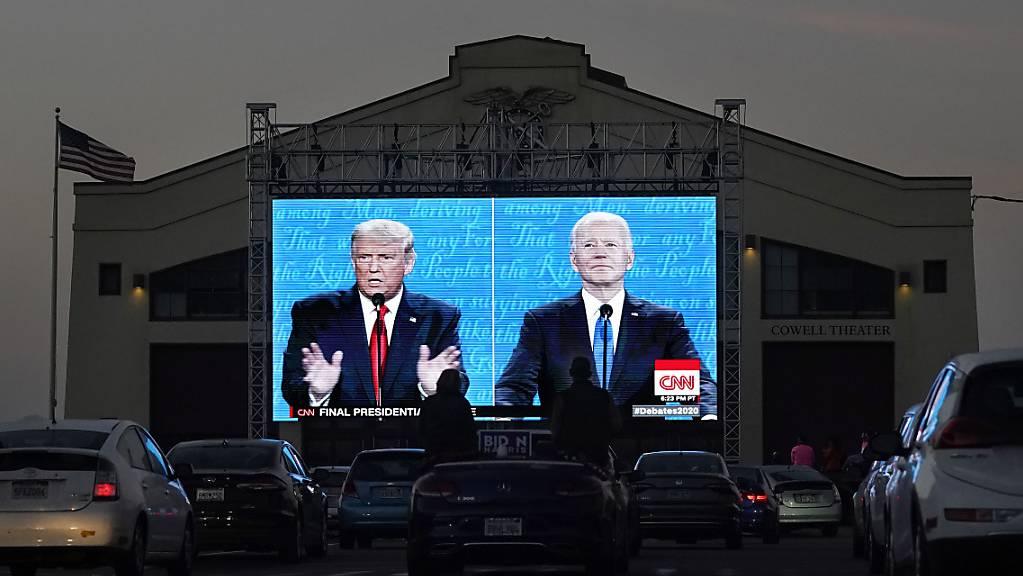 Menschen verfolgen das letzte TV-Duell vor der Präsidentschaftswahl auf einer Leinwand im Fort Mason Center.