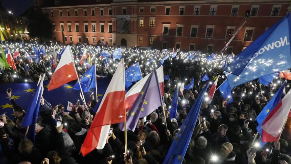 Menschen demonstrieren für die polnische EU-Mitgliedschaft in Warschau.