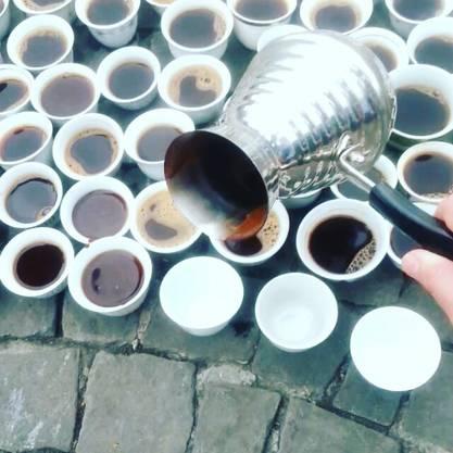 Der bosnische Kaffee wird aus der «Dzezva», der traditionellen Kaffeekanne, in die kleinen Tassen ausgeschenkt.