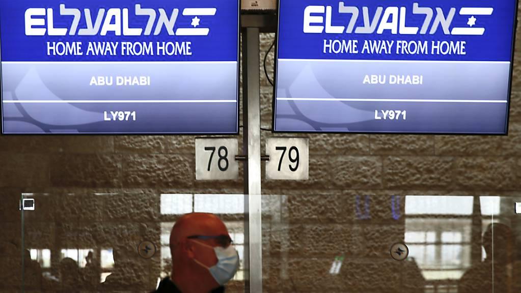 Die Flugnummer des El Al-Fluges nach Abu Dhabi wird am Flughafen Ben Gurion angezeigt.