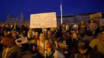 Tausende Menschen bilden aus Protest gegen das Gesetz eine Menschenkette rund um das CEU-Gebäude.