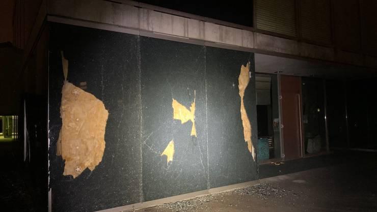 Dättwil AG, Oktober 2019: Vandalen haben die  Fassadenverglasung des Schulzentrums Höchi massiv beschädigt. Es entstand ein Sachschaden von 35'000 Franken.