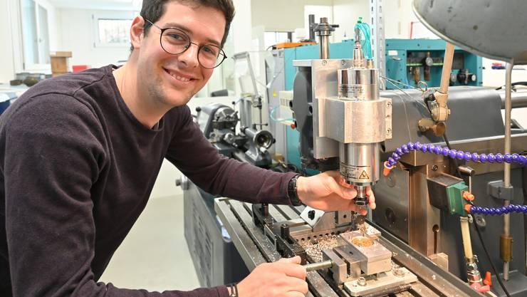 Silvan Deutschmann in seiner Manufaktur in Wisen: Nach der vierjährigen Lehre zum Uhrmacher gründete der heute 25-Jährige seine Firma.