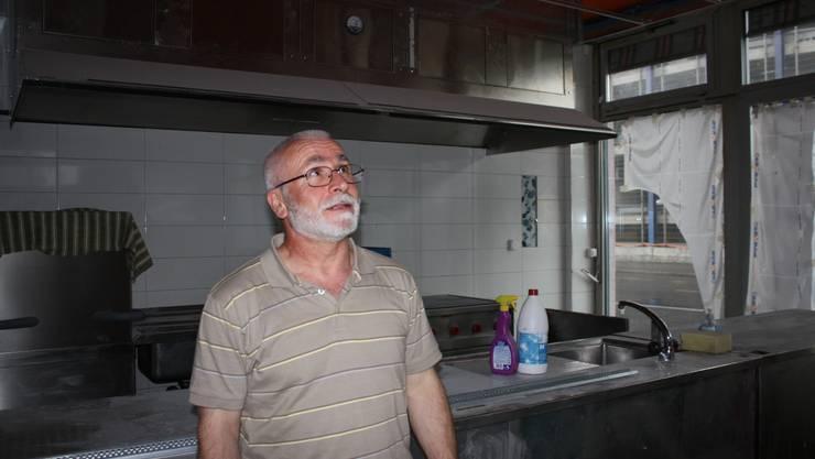 Die (noch) abgedeckten Fenster gewähren bald einen Einblick. Cem Karatekin auf der Baustelle des neuen Aufenthaltsraums der Fetih-Moschee.  WAN