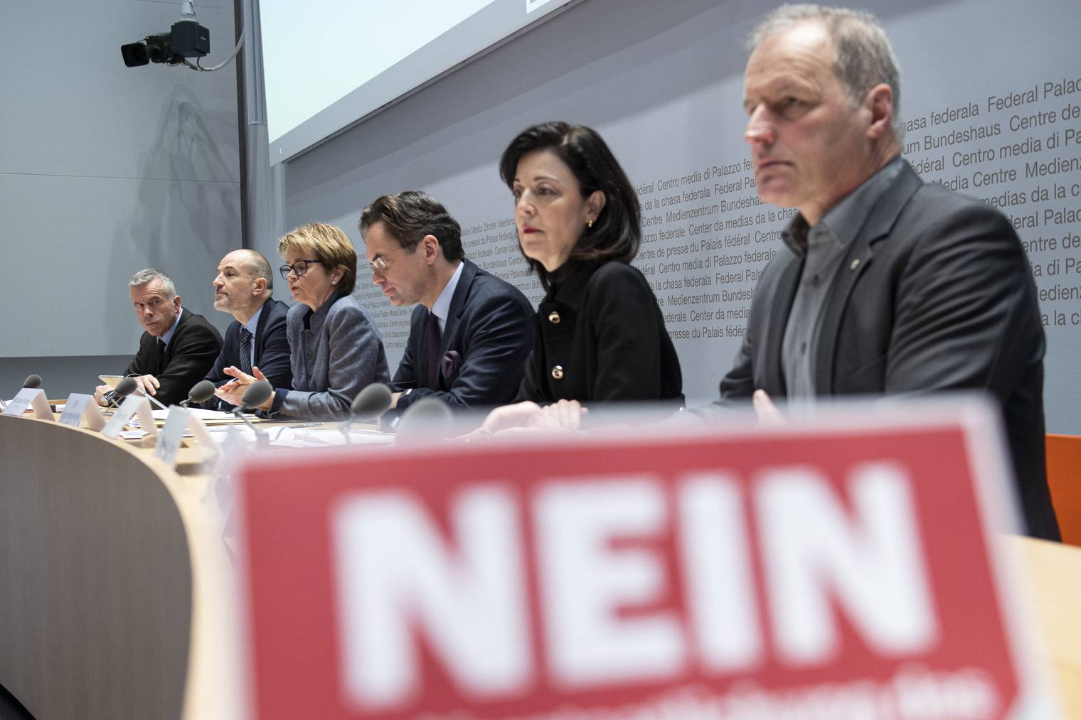 Von links nach rechts: Lorenz Hess (Nationalrat BDP/BE), Roland Fischer (Nationalrat GLP/LU), Brigitte Haeberli-Koller (Ständerätin CVP/TG), Olivier Feller (Nationalrat FDP/VD), Regine Sauter (FDP/ZH) und Pierre-Andre Page (Nationalrat SVP/FR) sagen am 9. Februar klar Nein.