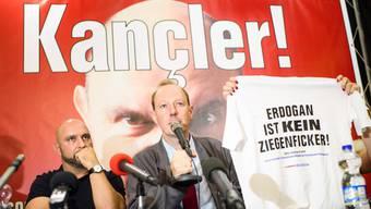 Der Kabarettist Serdar Somuncu (links) und der Bundesvorsitzende der Partei «Die PARTEI», Martin Sonneborn, bei einer Pressekonferenz.
