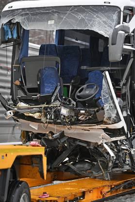 Eine Passagierin verstarb beim Unfall, 44 Personen wurden verletzt, drei davon schwer.