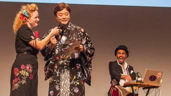 Fabienne Hadorn (l.) übergibt Mirai Mizue das Wort. Mit seinem Film «Wonder» wurde der Japaner in der Kategorie Best Visual ausgezeichnet.