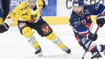 Der Berner Torschütze Inti Pestoni (links) gegen Fredrik Pettersson von den Lions