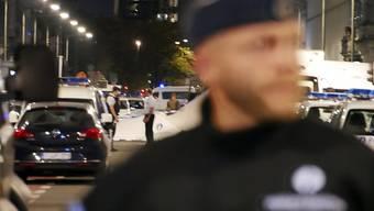 Die Polizei sperrt den Tatort nach der Attacke auf belgische Soldaten in der Brüsseler Innenstadt ab.