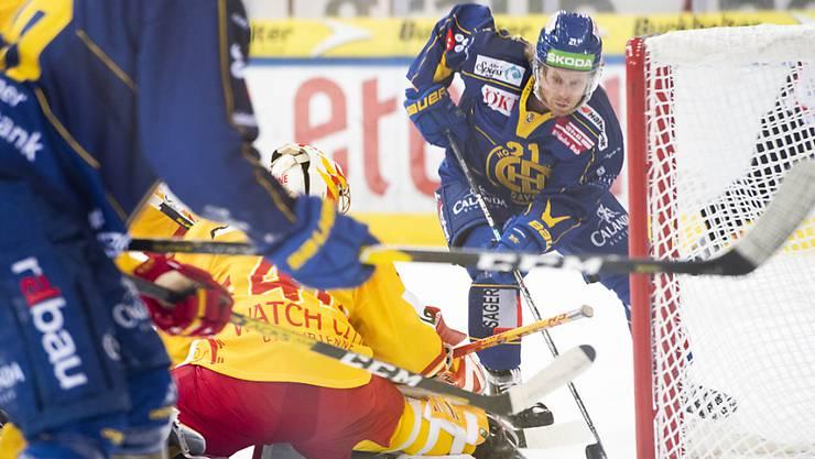 HCD-Stürmer Mattias Tedenby erzielt das 1:0 gegen Biels Goalie Elien Paupe