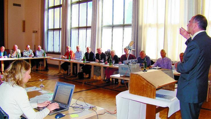 Ende einer Ära: Regierungsstatthalter Martin Lerch (rechts) begrüsst zum letzten Mal die Gemeinderats-präsidentinnen und -präsidenten des Amtes Aarwangen. iba
