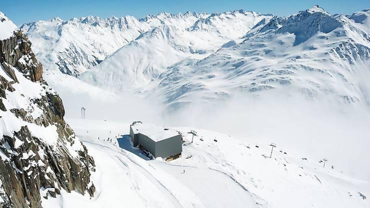 Die zentrale Drehscheibe der neuen Skigebietsverbindung auf dem Schneehüenerstock in tief winterlicher Landschaft.