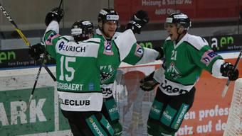 Stéphane Heughebaert, Chris Bagnoud und Joachim Vodoz (von links) jubeln über einen EHCO-Treffer.