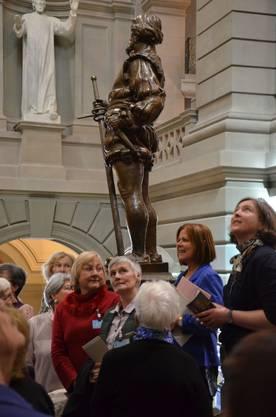 Pfister (im blauen Oberteil) erklärte den Mitgereisten etwa, dass die vier Kriegerstatuen in der Eingangshalle für die vier Landessprachen stehen