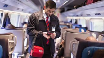 Auch wenn dieser Kondukteur hier lächelt: Der neue SwissPass sorgt bei vielen Zugbegleitern für rote Köpfe. Geht es nach der SBB, sollen die Kondukteure ihren Ärger für sich behalten.