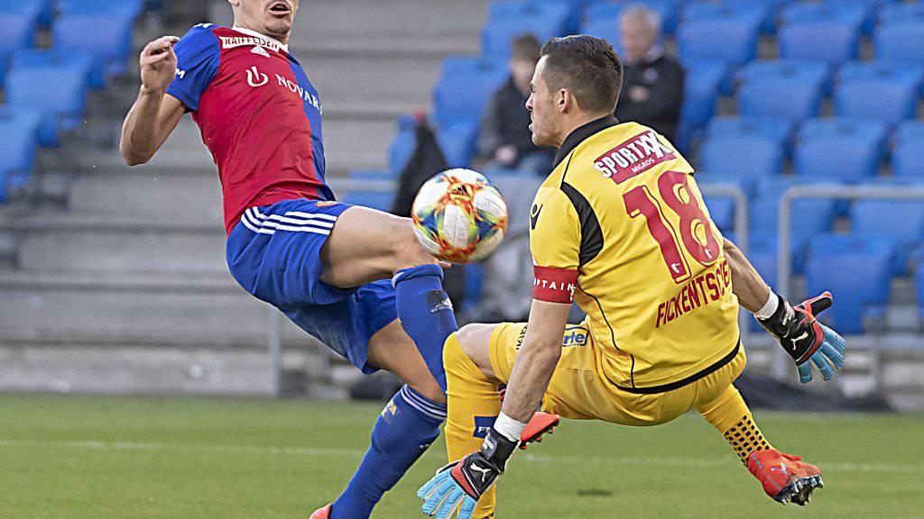 Die entscheidende Szene in Basel: Kevin Fickentscher im Duell mit Kevin Bua, das der Schiedsrichter fälschlicherweise als Foul beurteilt