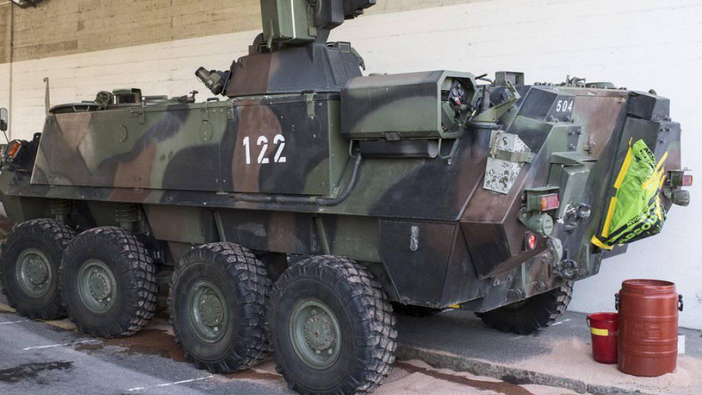 Einer der beiden Unfall-Radschützenpanzer. Zwei Armeeangehörige wurden bei dem Panzer-Auffahrunfall bei Knonau verletzt.
