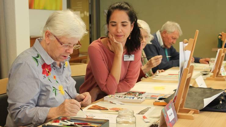 Bettina Eberle leitet seit drei Jahren die Malgruppe und hilft mit Tipps und Tricks zum optimalen Ergebnis.