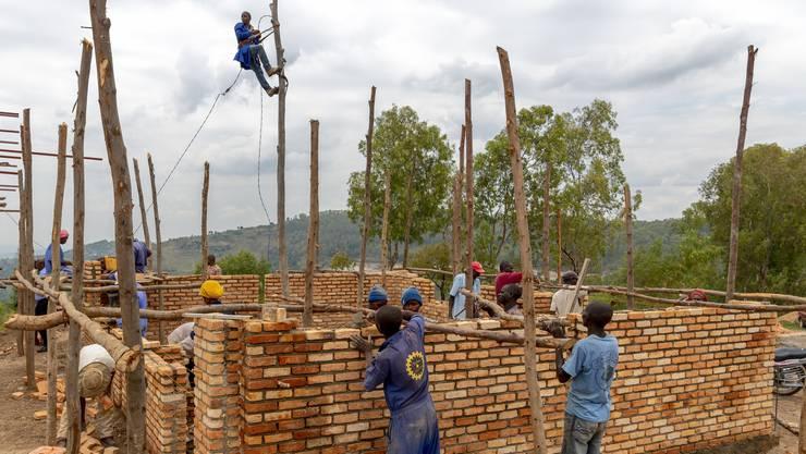 Nur drei Monate dauert es vom Baubeginn bis zum Bezug des Schulhauses in Nyakabanda.