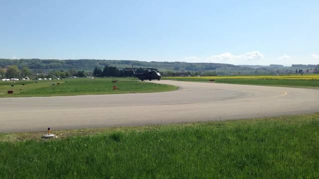 Der Sikorsky CH 53 der deutschen Bundeswehr rollt auf dem Grenchner Flugplatz heran
