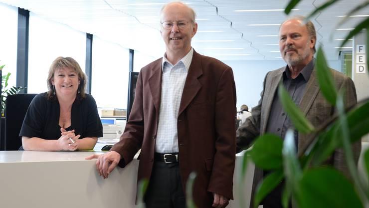 Mitarbeiterin Manuela Di Maria, Stadtpräsident Toni Brühlmann und Geschäftsleiter Martin Studer (von links) am Desk des Stadtbüros.