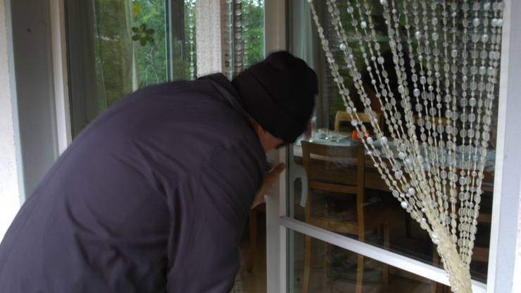 Ein Dieb verschafft sich Zugang zu einem Einfamilienhaus. (Symbolbild)