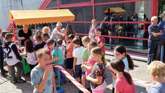 Richtiger Ansturm auf den neuen Pausenkiosk im Schulhaus Rösslimatt. Eddy Schambron