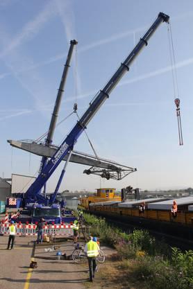 Seit heute Morgen um 8 Uhr wird der 500 Tonnen schwere Hafenkran im Klybeck aufgestellt.