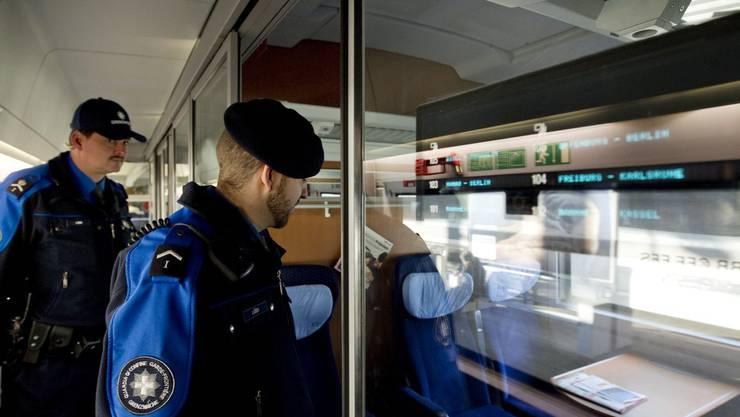 Grenzwache bei der Kontrolle eines Zugs (Symbolbild)