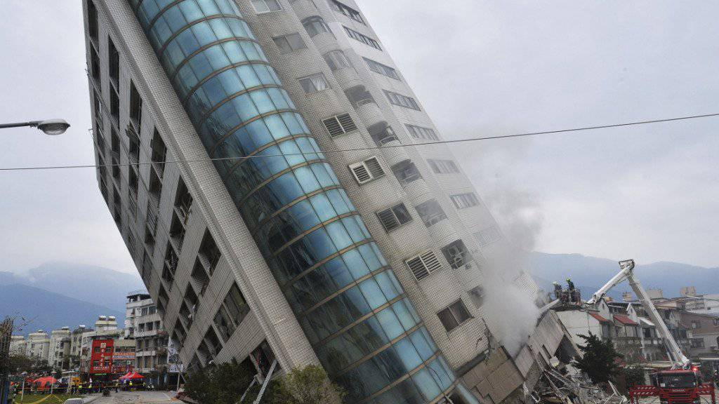 Ein nach dem schweren Erdbeben in Schieflage geratenes Wohnhaus in der Stadt Hualien in Taiwan.