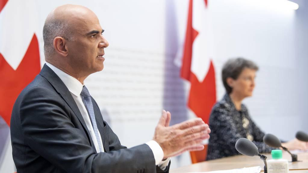 Bundesrat Alain Berset, links, und Bundespräsidentin Simonetta Sommaruga sprechen an einer ausserordentlichen Medienkonferenz zu den verschärften Corona-Massnahmen, am Sonntag, 18. Oktober 2020, im Bundeshaus in Bern.