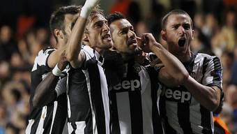 Juventus' Torschütze Fabio Quagliarella (2. von rechts) wird gefeiert