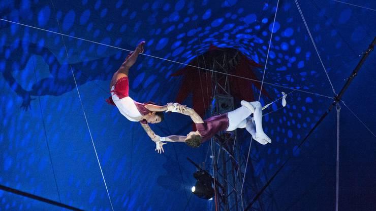 Hoch oben in der Zirkuskuppe zeigen die «The Flying Matos» ihre Kunststücke am Trapez.
